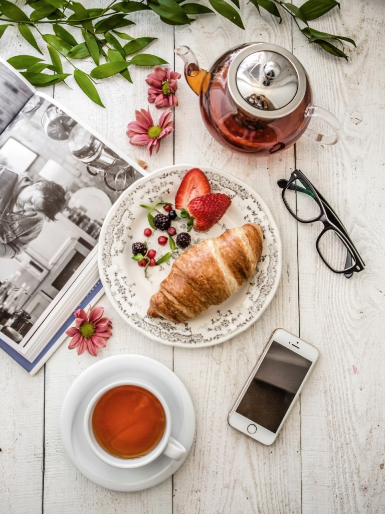 Croissant and tea-ID11837-960x1280